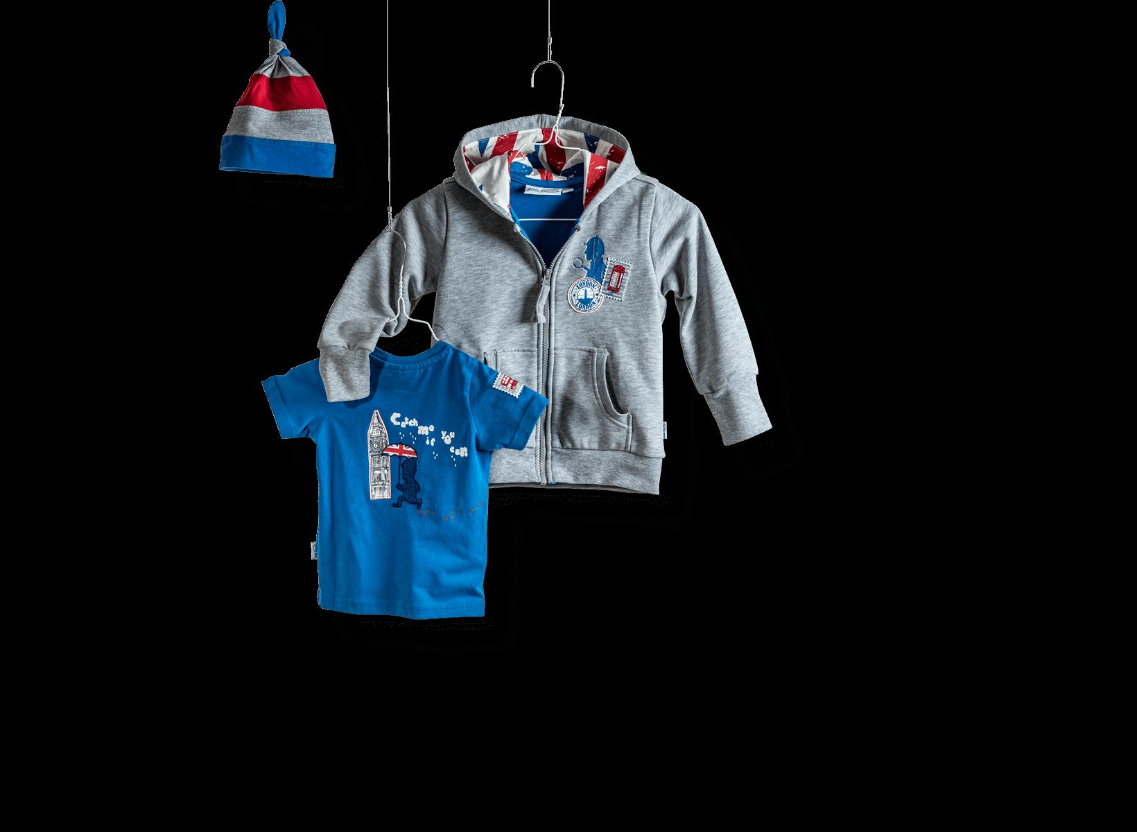 Textilveredlung Beispiel Kollektion von Little Heaven. Besteht aus Mütze, Hoodie und Tshirt in den Farben Grau, blau und rot.