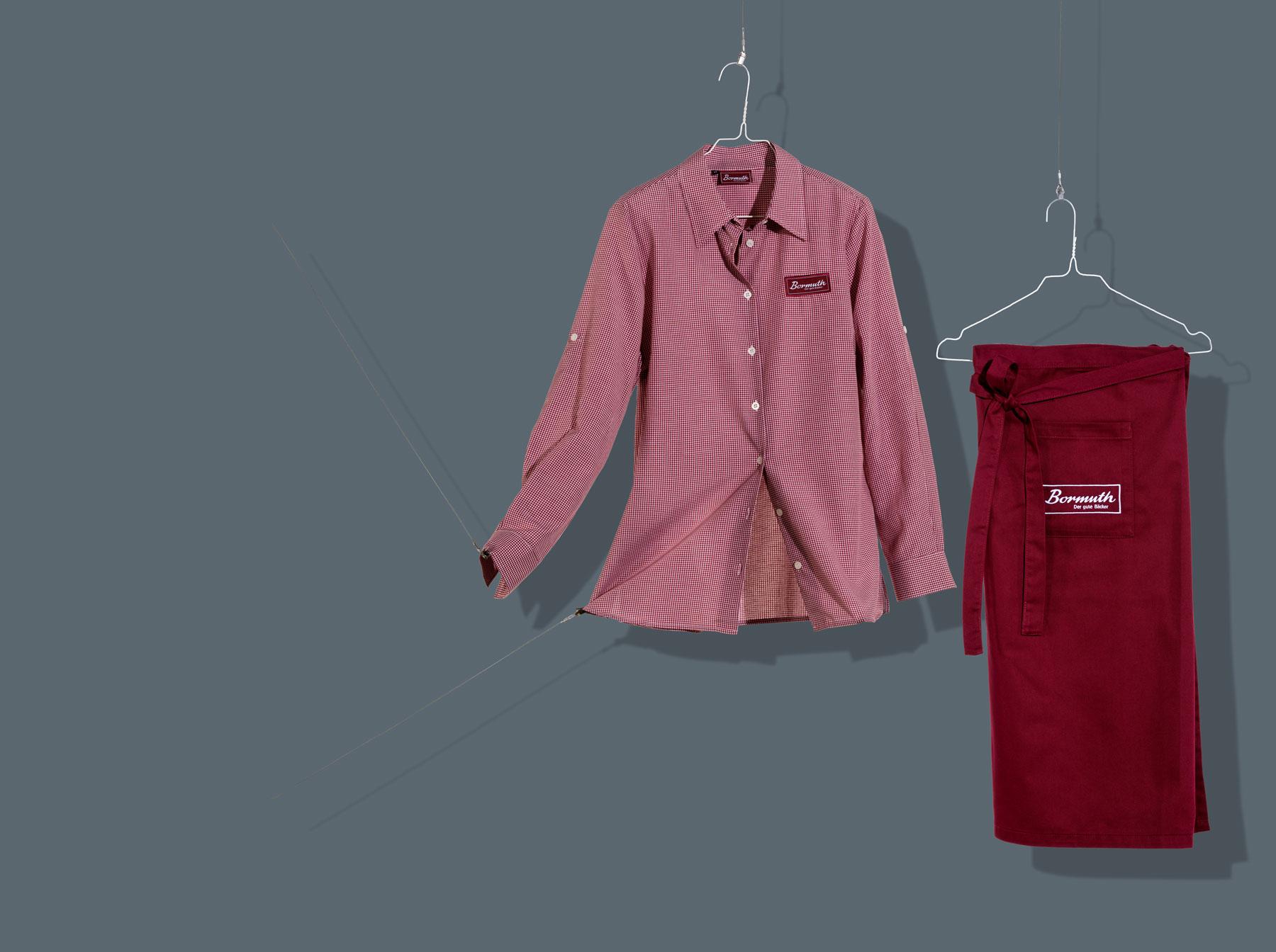 Rotes Hemd und Schürze für die Service Mitarbeiter in der Bäckerei
