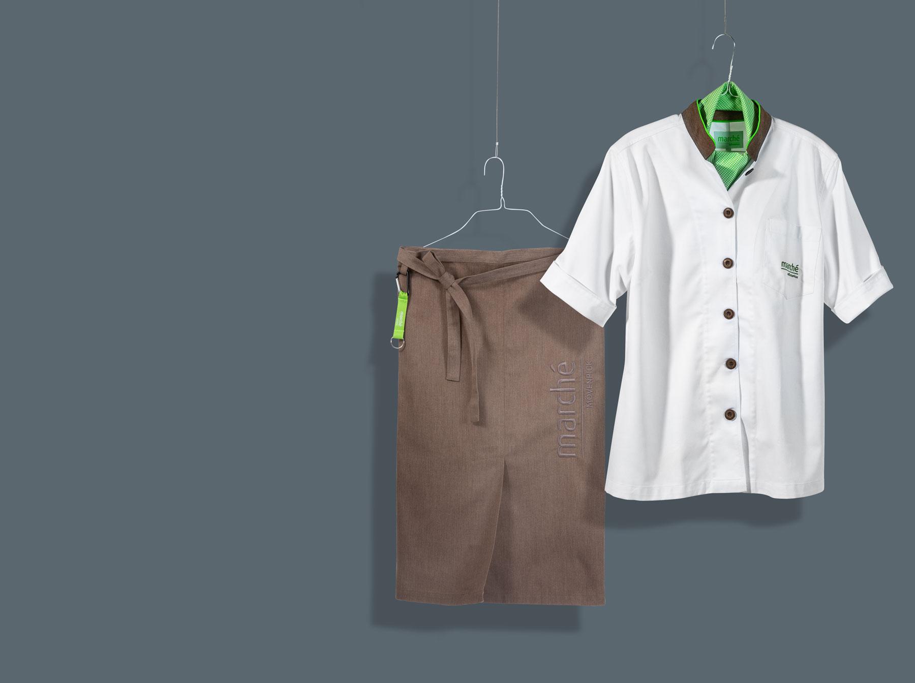 weißes Hemd und braune Schürze für die Mitarbeiter von Marche
