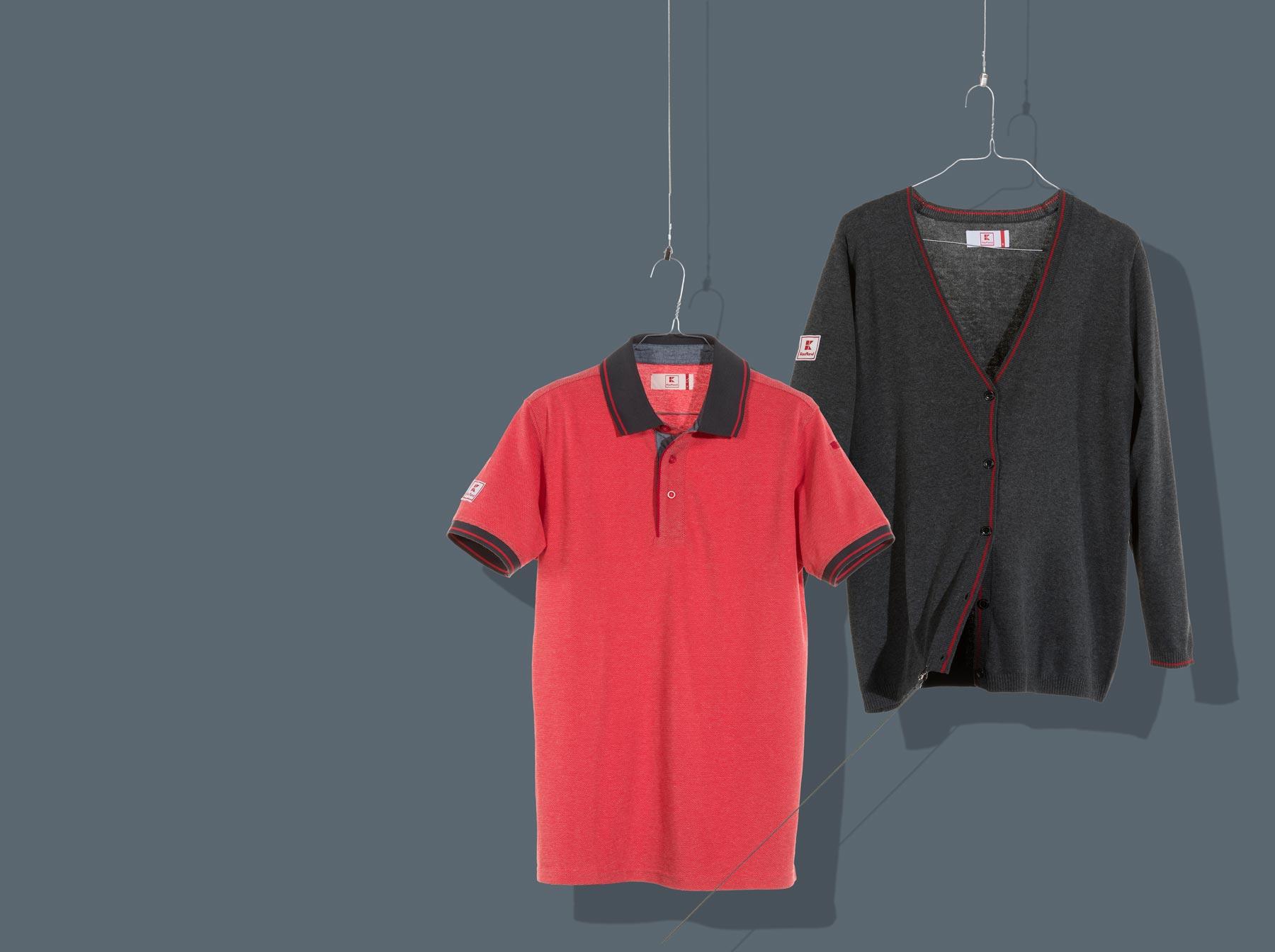 Rotes Poloshirt und graue Strickjacke für Kaufland